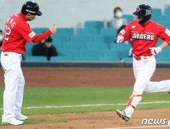 [사진] SSG 김성현, 역전 스리런 '쾅!'
