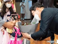 [사진] 꽃다발 선물 받는 박범계 장관