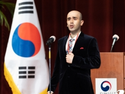 [사진] 애국가 제창하는 특별 귀화자