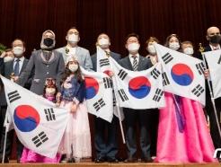 [사진] 우수인재 국적증서 수여식 '이제는 한국인'