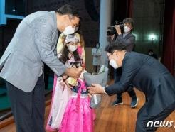 [사진] 박범계 장관 '특별귀화자에 꽃다발 선물'