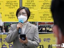 [사진] 정기 수요시위 참석해 발어하는 이나영 이사장
