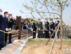 [사진] 과학의 날 기념식, 뉴턴의 사과나무 식재