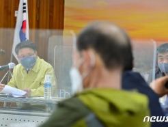 [사진] 장기면 이장들과 나란히 앉은 이정희 권익위 부위원장