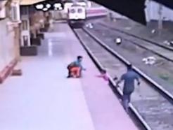 기차 질주하는데…선로 내달린 인도 남성, 충돌 직전 아이 구조