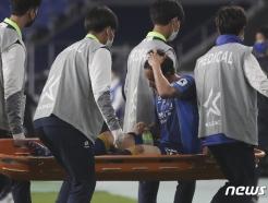 [사진] 부상으로 교체되는 홍철
