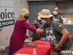 [사진] 백신 접종 뉴멕시코 주민과 팔꿈치 부딪는 질 바이든