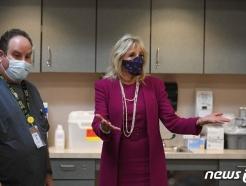 [사진] 뉴멕시코 백신 접종센터서 얘기하는 질 바이든