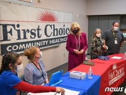 [사진] 뉴멕시코 백신 접종 센터 방문한 질 바이든