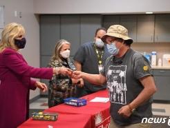 [사진] 백신 접종 뉴멕시코 주민에 핀 버튼 주는 질 바이든