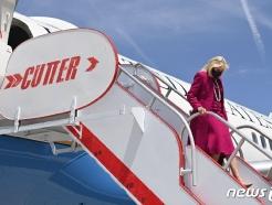 [사진] 뉴멕시코 공항서 비행기 내리는 질 바이든