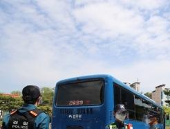 [사진] 떠나는 호송차