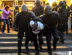 [사진] 경찰에 끌려가는 나발니 석방 요구 러 시위대