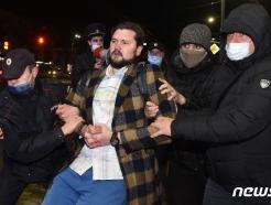 [사진] 경찰에 체포되는 나발니 지지 러 시위대