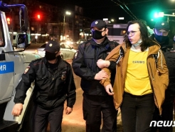 [사진] 경찰에 연행되는 나발니 석방 요구 러 시위대