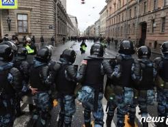 [사진] 나발니 지지 시위대와 대치하는 러 진압 경찰