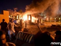 [사진] 차량 폭탄 테러로 불길 휩싸인 파키스탄 호텔
