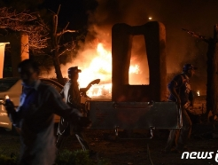 [사진] 차량 폭탄 테러로 불 타는 파키스탄 호텔