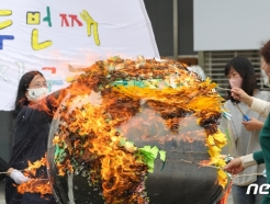[사진] '지구의 날' 불타는 지구, 두 번째 지구는 없다