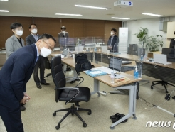[사진] 감사 인사하는 김우호 인사혁신처장