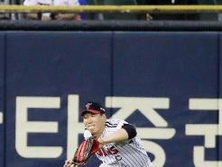 [사진] 김현수 '눈 감아도 잡는다'