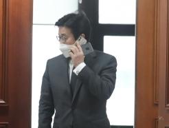 [사진] 전화통화 하는 최종문 2차관