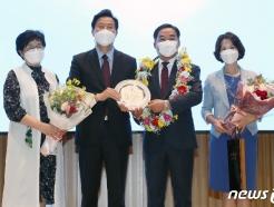 [사진] 오세훈 시장, 김학진 행정2부시장 가족과 기념촬영