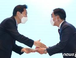 [사진] 공로패 받는 김학진 행정2부시장