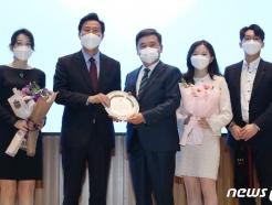 [사진] 오세훈 시장, 서정협 행정1부시장 가족과 기념촬영