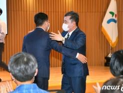 [사진] 포옹 나누는 서울시 행정 1·2 부시장