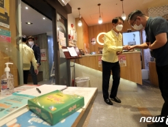 [사진] 코로나19 방역상황 점검위헤 뷔페 찾은 김강립 처장