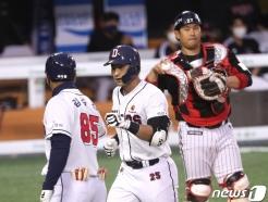 [사진] 강승호 '1군 복귀 첫타석 솔로 홈런'