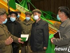 [사진] 북한 삼지연감자가루생산공장 현지 점검하는 김덕훈 내각 총리