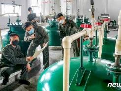 [사진] 생산 기술 문제 토의하는 북한 3대혁명 소조원들