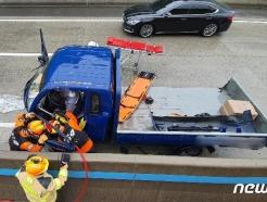 부산 포터 차량 외곽순환도로 중앙분리대 충격…운전자 다리 부상