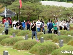 [사진] '묘역 둘러보는 오월 영령 참배객들'