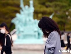 [사진] '두 눈 질끈, 참배하는 광주시민'