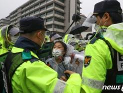 [사진] 미 대사관 앞 경찰과 충돌하는 한국대학생진보연합
