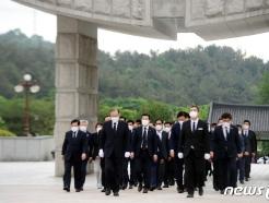 [사진] 묘역 입장하는 이개호 의원