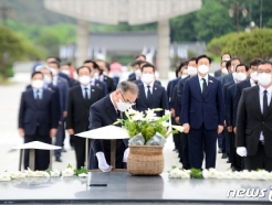 [사진] '참배하는 이개호 더불어민주당 의원'