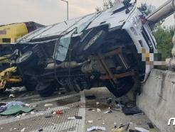경부고속도로 수원신갈IC, 화물차끼리 추돌…2명 부상