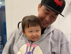 """장윤정♥' 도경완 """"딸 하영이 영상 삭제""""…아동 보호 정책 위반?"""