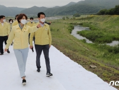 [사진] 수해피해 복구현장 둘러보는 한정애 장관