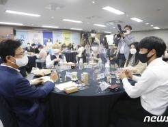 [사진] 성년의 날 기념행사 갖는 박성수 구청장