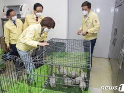 [사진] 따오기 부화개체 확인하는 한정애 장관