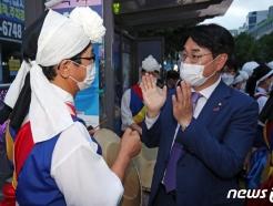[사진] 광주 유권자와 인사하는 박용진