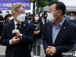 [사진] 김윤덕 의원과 대화하는 이재명 도지사