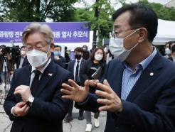 [사진] 김윤덕 의원과 대화 나누는 이재명 지사
