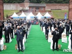 [사진] 임을 위한 행진곡 제창하는 참석자들