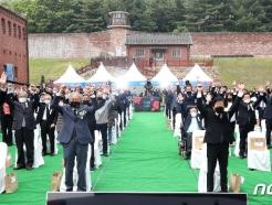 [사진] 만세삼창하는 5·18민중항쟁 서울기념식 참석자들